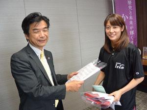 鈴木副市長と大庭選手