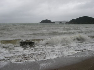 Strand von Paihia bei Regen und Sturm