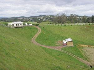 Rückseite des Farmhauses mit Stall und Reitplatz