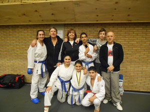 Happy team van Budo Gent  met Coach Martine Demeyer, 1ste plaats Dempsey Van Wambeke junioren plus, Nikolaas Garbar 3de plaats Kadetten en Ikram Laghzaoui Zde plaats preminiemen
