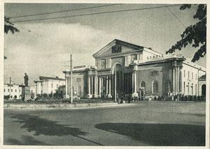 Vilniaus geležinkelio stotis. Stalino paminklas. 1958m. Foto Ch. Levino / Vilnius. The Railway Station. 1958. Photo Ch. Levin