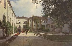 Vilnius. Valstybinis universitetas. L. Stuokos-Gucevičiaus kiemelis. Apie 1974m. / Vilnius. The University. Stuoka-Gucevičius Courtyard. 18th-19th centuries