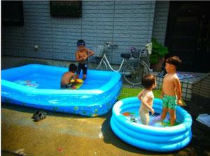 夏のヒトコマ  おじいちゃんちでプール♪