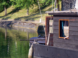 Le Colvert : Réplique d'une toue cabannée de pêche de basse Loire. Celle-ci est équipée d'un gréement avec un mât de 14 m et une voile de 93 m2