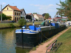 MS Blue Berry : automoteur berrichon de 30 m, ancien bâteau de commerce spécialement conçu pour fréquenter le canal du Berry aux petites écluses comme celle da la Rigole de l'Arroux à Digoin