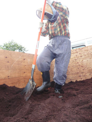 堆肥をおろしているところ