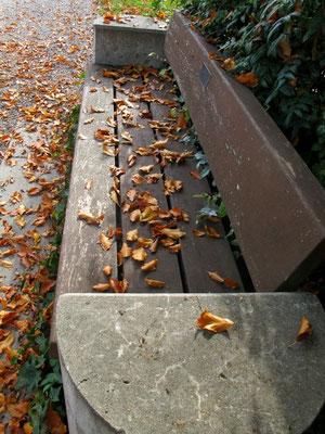 28. Oktober 2013 - Inmitten unter hohen Bäumen Versunken ruht die kleine Bank. Sie fängt im Herbstwind an zu träumen, Wie er ihr in die Arme sank (Wilfried Chapligin)