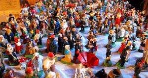 15. November 2013 - Eine Armada von Santons (Kleine Heilige) warten auf den Aufmarsch in der Krippe