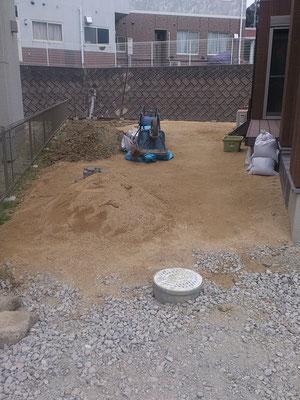 砕石の層をはさんで芝生用の土の層を