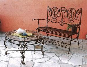 ガーデンベンチとテーブル