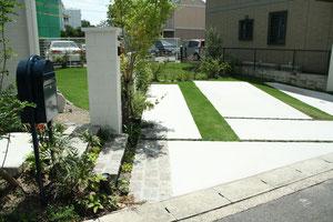 壁に沿った駐車場ラインはお庭の築山へ繋る