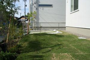 残土で作った築山はお庭のアクセントに