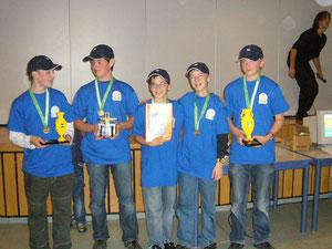 Das Team präsentiert stolz seine Pokale
