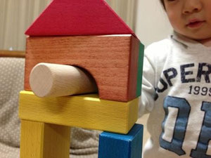 色積み木のトンネルで遊ぶ1歳半児