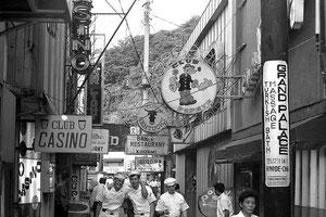 汐入駅 裏の通りもバー街だった。