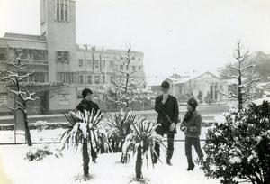 元EMクラブ前で雪合戦する子供達