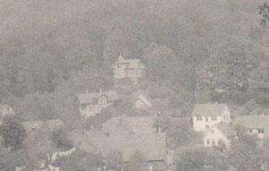 Das querstehende helle Haus rechts ist Haus Römhild