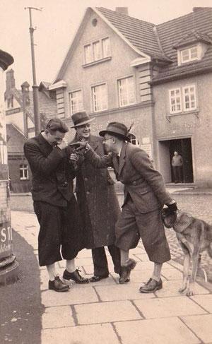 Neben der Litfasssäule und vor der Einnahme - in der Mitte Walter Leinweber 1930er ? Sammlung Familie Leinweber