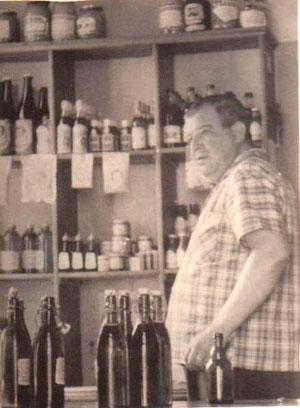 Heinz Claus im Laden - Sammlung Brigitte Huhn