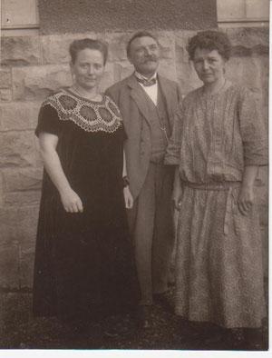 Frau Ida Claus, ihr Mann  Herr Schuldirektor Claus und Fräulein Ubbelohde v.rechts - Archiv W.Malek