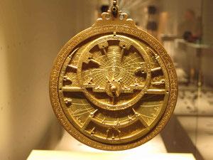 Astrolabien dienten zu Winkelmessung von Sternen und zur Entfernungsmessung auf der Erde