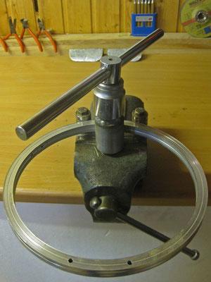 Aluminium biegen mit einem Selbstbau-Biegegerät. Hierzu wurde ein Schraubstock umfunktioniert.