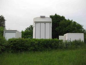 Links das Radioteleskop. Mittig das große Spiegelteleskop. Dahinter die Kuppel. Rechts Raum für kleinere Geräte