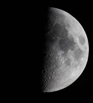 Der Mond zeigt mit dem Fernglas erstaunliche Details