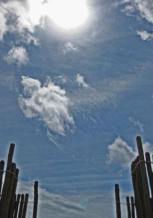 Mittags am Tag der Sommersonnenwende. Die Sonne steht genau über dem Haupteingang