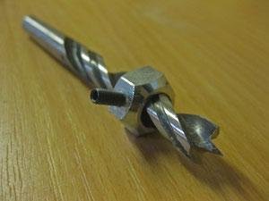 Wie bohrt man ein Loch mit einer handgeführten Maschine, dessen Bohrtiefe passen muss? Ganz einfach!