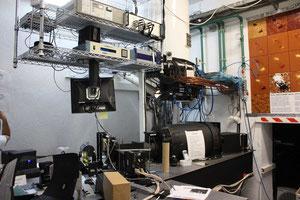 Das andere Ende des Teleskops kommt im Keller des Gebäudes zum Vorschein. Hier werden die Lichtstrahlen in verschiedene Wellenlängen zerlegt.