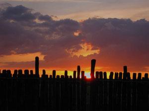 Wie vor tausenden Jahren verschwindet die Sonne genau zwischen einer Lücke in dem Palisadenring