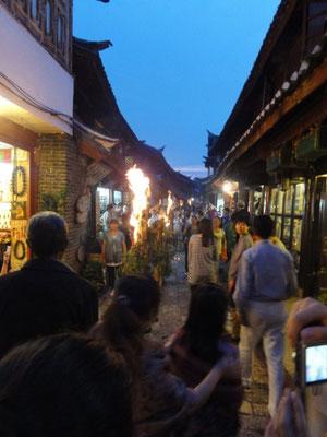 納西族のお祭りの火 夜8時半すぎてもまだ明るい
