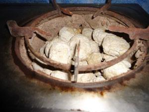 コンロに入れて、木炭の代わりに使います