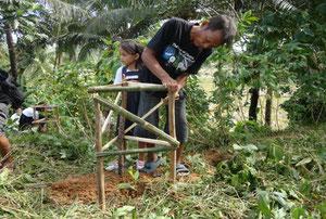 私が植えた木にお父さんが囲いを作ってくれたよ!