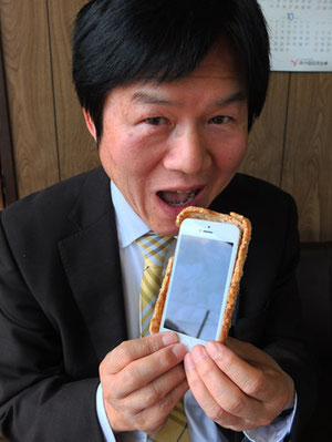 Rice cracker iPhone case is obviously edible!  Click the pic to go to the company's website Source: Yamaguchi Ube Keizai news