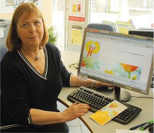 Elisabth Vente-Smusch erläutert die im Vorstand entwickelte neue Präsenz der Hospizgruppe. Foto: Thomas Wegener