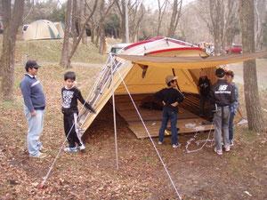 テントの設営も子どもたちが