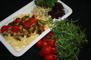 Bandnudeln mit Zucchini, Chili und Ruccola