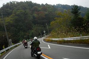 スクーターばかりで13台(うち1台はバイク)も集まると、たまにすれ違う対向車からの注目度も高い