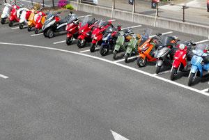 ピアジオ、ベスパ、ジレラ、デルビ、マラグーティ、アプリリア、SYM、LMLといった海外メーカー製スクーターがズラリと並び、その用意された試乗車の数に圧倒された