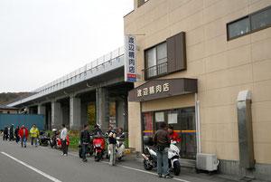 ここも廣居さんがお勧めの渡辺精肉店。お肉屋さんのフライって、目からウロコの美味さだよ