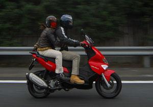 こちらも試乗車のランナー。2人で乗れるジャストサイズスクーターとして、高速タンデムを含めた使用感をしっかりと見極めていたのが印象的だった
