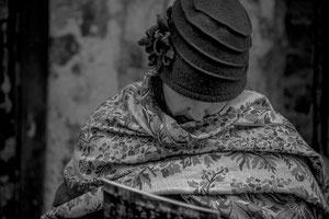Frau mit Schal und Hut