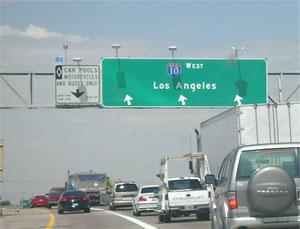 ↑アメリカ:一番左の白い標識が、カープール車線標識