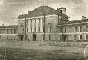 Конюшенная пл., дом 1. «Конный резерв Ленинградской окружной милиции (бывшая церковь конюшенного ведомства)». Открытка 1929 года.