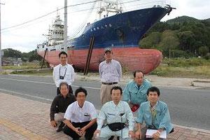 気仙沼の市内に打ち上げられた大型漁船第十八共徳丸
