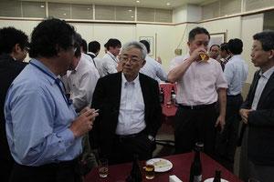 懇親会で談笑される吉田博先生