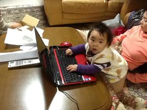 母・和三子の告別式に参列するため,和恵たちが祐希 を連れて3月9日にやってきた。3月4日に東京へ帰ったばかりであった。祐希 は日々進化しており,成長が目に見えて分かる。大人のすることが気になるらしく,すぐ真似をする。携帯電話,パソコン,iPad,テレビのリモコンが大好きである。それに,引き出しを開けて中のものを取り出すことも。