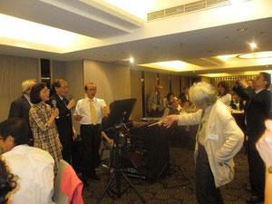 西本忠雄先生の指揮でカラオケを熱唱する台湾龍馬会の会長たち